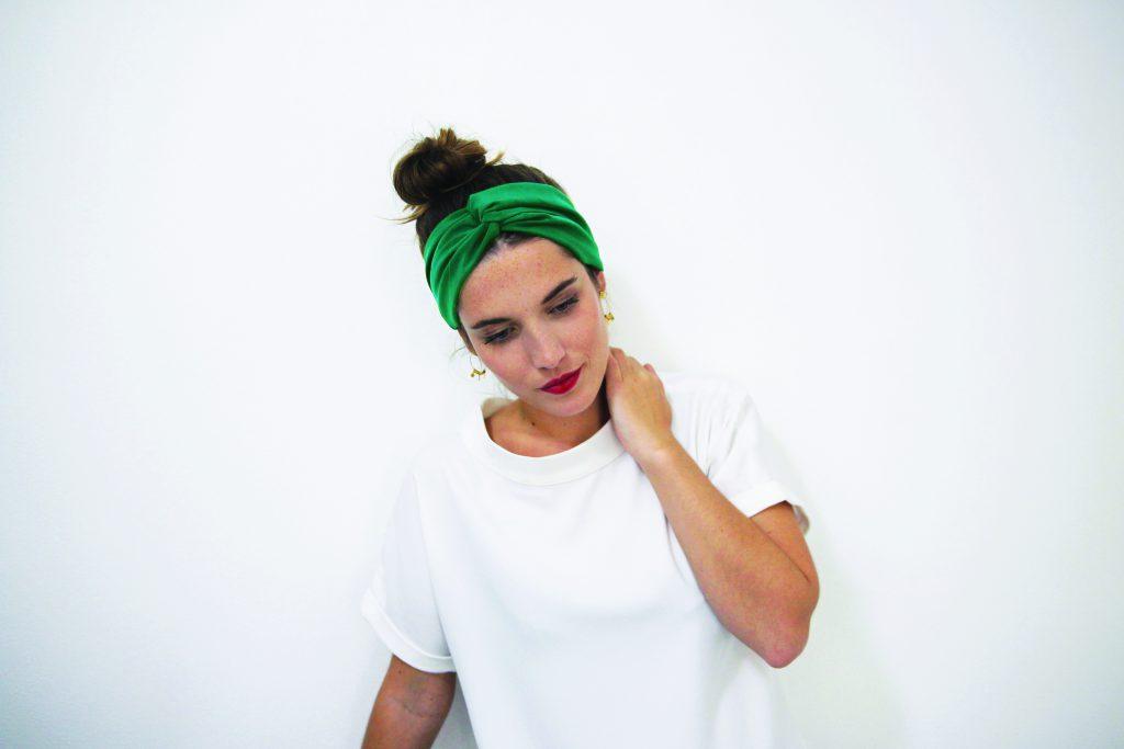 Idée de coiffures avec un headband : le chignon haut