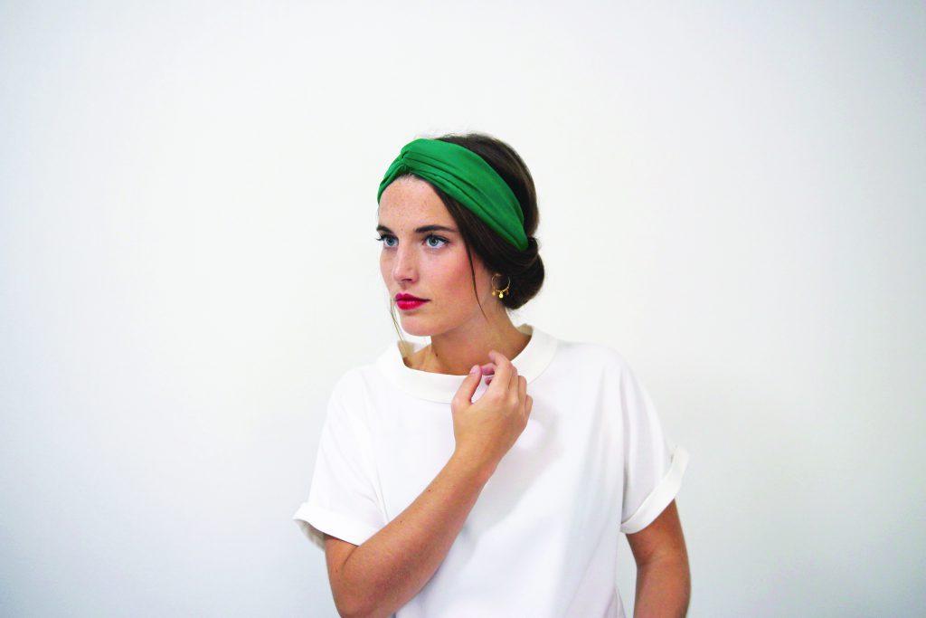 idée de coiffure avec un headband : le chignon bas